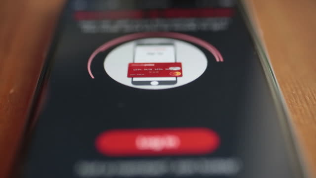 vidéos et rushes de the moviepass application is displayed on an apple inc. iphone in washington, d.c., u.s., on friday, august 17, 2018. - doigt humain