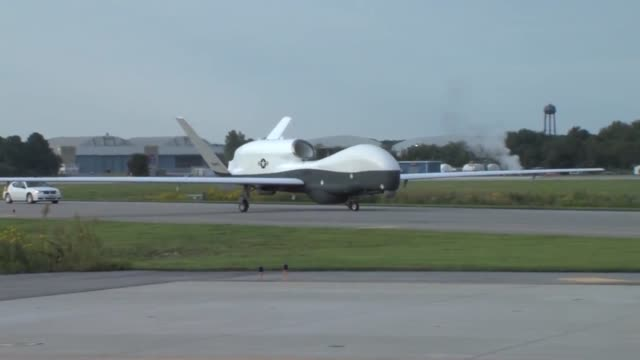 vídeos de stock e filmes b-roll de the mq4c triton unmanned aircraft system completed its first crosscountry flight early today watch as mq4c triton the navy's largest unmanned... - marinha americana