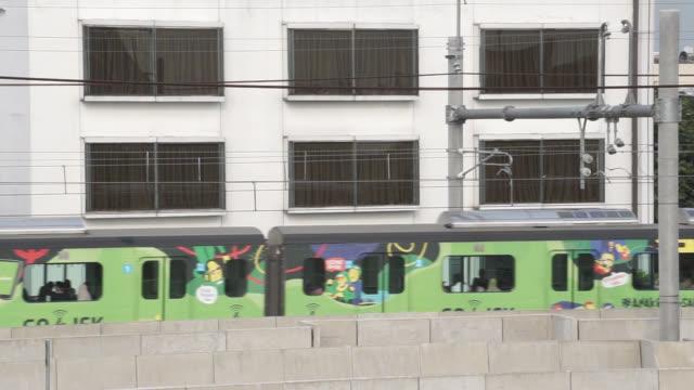 vídeos y material grabado en eventos de stock de el tren mrt está pasando en yakarta - yakarta