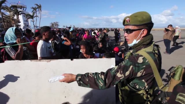 the multi-national force continues the steady stream of relief supplies to devastated areas in adn around the city of tacloban, republic of the... - adn bildbanksvideor och videomaterial från bakom kulisserna