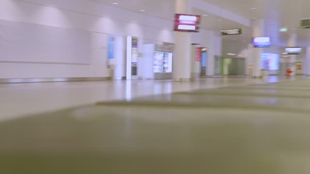 stockvideo's en b-roll-footage met april 2020: the munich airport resembles a ghost town since many states make entry difficult or impossible as a measure to stem the spread of the... - münchen vliegveld