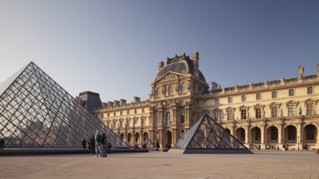 vidéos et rushes de the musee du louvre in paris, france. - ming