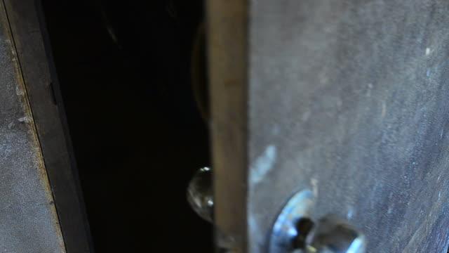vídeos y material grabado en eventos de stock de el misterio puerta de madera antigua - señal de salida señal de dirección