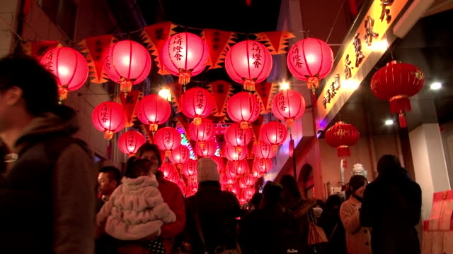 the nagasaki lantern festival which celebrates chinese new year by lighting roughly 15000 chinese paper lanterns throughout town began on the 19th... - komplett stock-videos und b-roll-filmmaterial