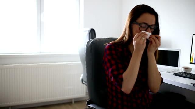 die anhaltenden grippe - krankheit stock-videos und b-roll-filmmaterial