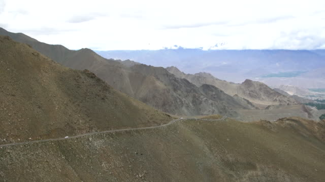 the narrow and very dangerous road to the khardung la (khardung pass) in ladakh, india - major road bildbanksvideor och videomaterial från bakom kulisserna