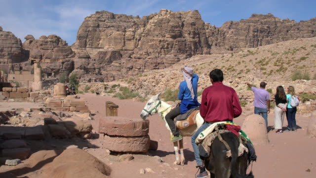 """vídeos de stock e filmes b-roll de the narrow canyon with a path leading to the """"monastery"""", one of the important places in petra, jordan - petra"""