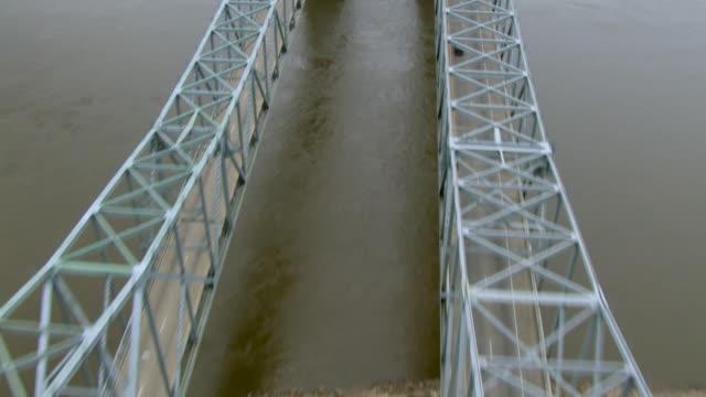 the natchez-vidalia bridge spans the mississippi river. - kantilever bildbanksvideor och videomaterial från bakom kulisserna