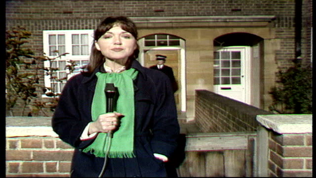 the nation decides general election special itn flood street anna ford report outside thatcher's house in flood street - elezioni generali video stock e b–roll