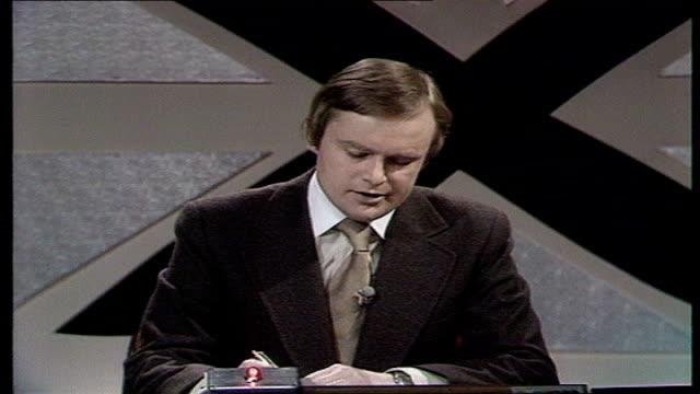 the nation decides general election special itn studio martyn lewis intro plaid cymru chances - schottenkaro stock-videos und b-roll-filmmaterial