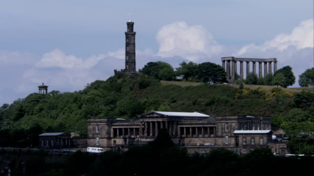 vídeos y material grabado en eventos de stock de the national monument and nelson's monument stand on top of carlton hill in edinburgh. available in hd. - monumento nacional