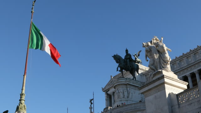 the national monument of victor emmanuel ii and monument of the unknown soldier at the piazza venezia in rome, italy. the altare della patria or the... - italienische flagge stock-videos und b-roll-filmmaterial