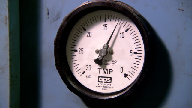 the needle on a factory gauge slowly increases to higher numbers. - 計測器点の映像素材/bロール
