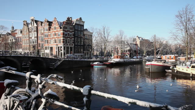 stockvideo's en b-roll-footage met the netherlands, amsterdam, canal houses in canal called brouwersgracht. bicycles. winter, snow - 17e eeuw