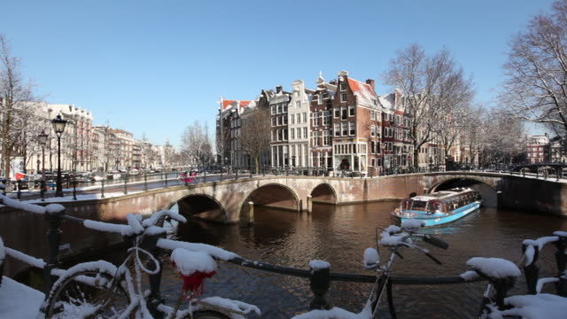stockvideo's en b-roll-footage met the netherlands, amsterdam, canal houses in canal called keizersgracht. bicycles. winter, snow - 17e eeuw