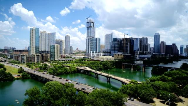 vídeos de stock, filmes e b-roll de o novo austin texas skyline cityscape de 2018 avançar mais próximo ao centro da cidade - town