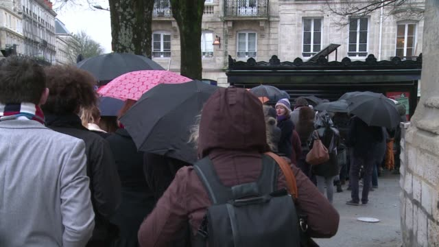 the new charlie hebdo issue has sold out across france just hours after it hit newsstands the undp union representing news vendors throughout the... - darstellen stock-videos und b-roll-filmmaterial