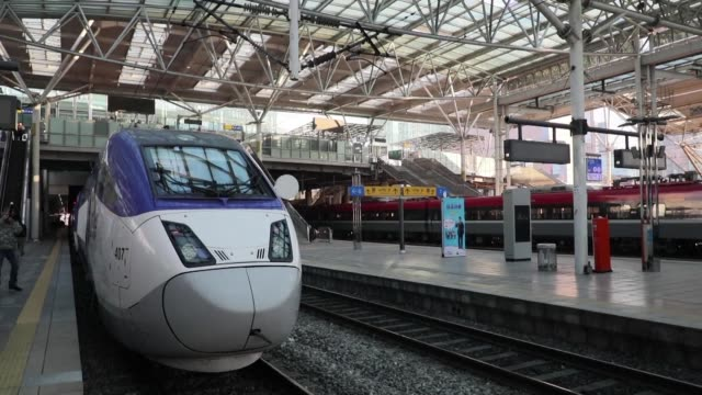 the new korean train express line that will link seoul station and gangneung station via an approximately two hour ride will begin operating in late... - südkorea stock-videos und b-roll-filmmaterial