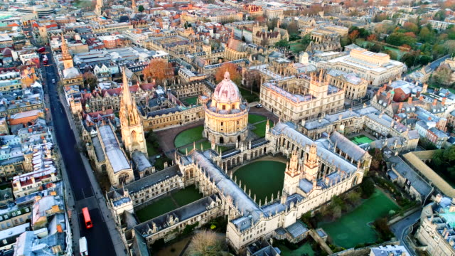 vídeos de stock, filmes e b-roll de o novo oxford city skyline aerial video - cultura inglesa