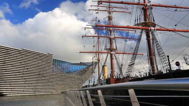 the new v and a museum in dundee, scotland, uk with the rss discovery, the first boat to take scott and shakleton to the antarctic. - スコットランド ダンディー点の映像素材/bロール