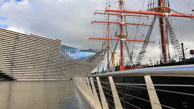 vídeos y material grabado en eventos de stock de the new v and a museum in dundee, scotland, uk with the rss discovery, the first boat to take scott and shakleton to the antarctic. - dundee escocia