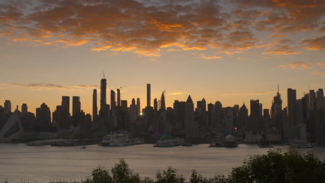 the new york city skyline at dawn. - 逆光点の映像素材/bロール