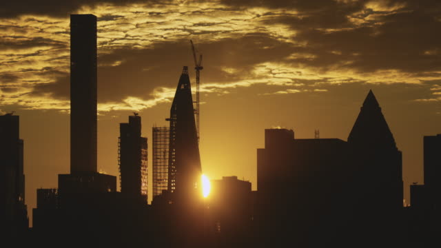 the new york city skyline sunrise at dawn. - 逆光点の映像素材/bロール