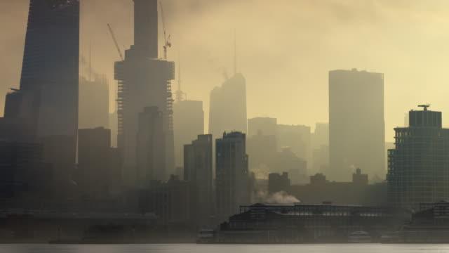 the new york skyline on a foggy day. - nebbia video stock e b–roll