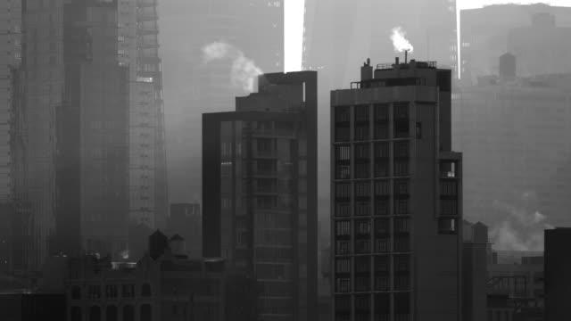 the new york skyline on a foggy day. - かすみ点の映像素材/bロール