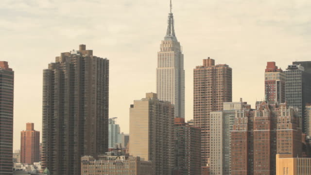the new york skyline with traffic below. - panoramica verso l'alto video stock e b–roll
