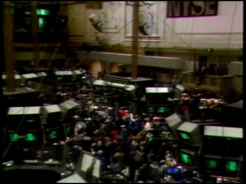 vidéos et rushes de the new york stock exchange on a busy day - manhattan