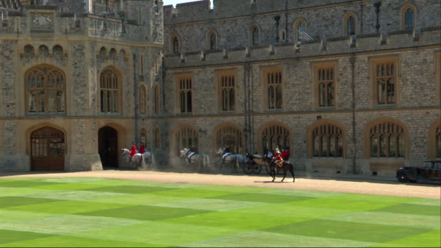 the newlywed duke and duchess of sussex arrive into windsor castle after travelling along the long walk. - arch stock videos & royalty-free footage