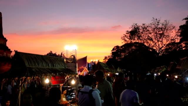Der Nacht Markt vor Tempel in Ayutthaya, Thailand