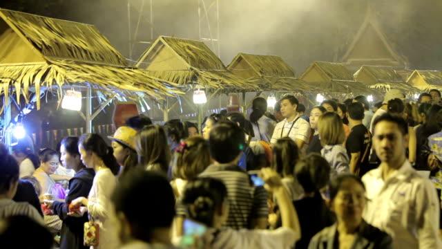 Nacht Markt vorne Zeitraffer Tempel in Ayutthaya, Thailand