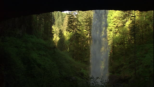 vídeos de stock e filmes b-roll de the north falls tumble in front of a dark cave in silver falls state park, oregon. - salem oregon