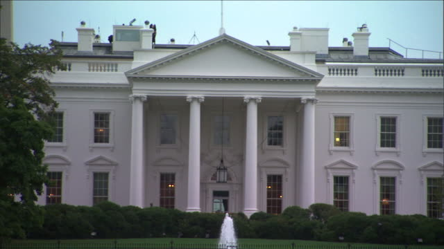 stockvideo's en b-roll-footage met the north lawn fountain flows in front of the white house in washington, d.c. - geheime dienstagent