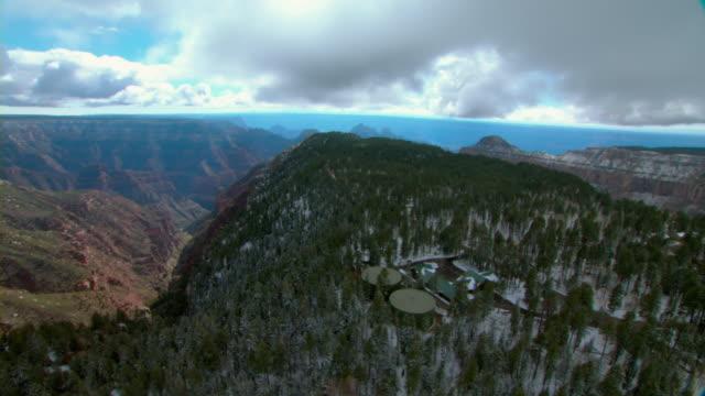 vídeos de stock, filmes e b-roll de the north rim emergency services buildings occupy a wooded mesa above the grand canyon. - mesa formação rochosa