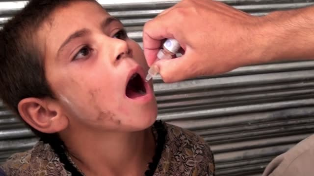 vídeos de stock e filmes b-roll de the number of polio cases recorded in pakistan has leapt to its highest level in 14 years after attacks on immunisation teams led to a surge in... - pólio