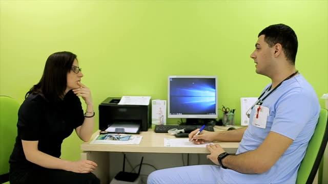 die ernährungsberaterin gibt ernährungsberatung für patienten - kontrolle stock-videos und b-roll-filmmaterial