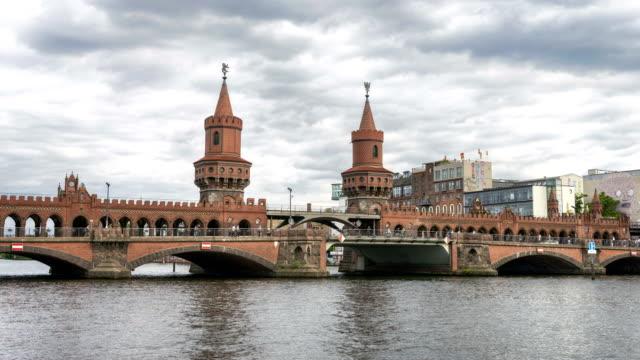 vídeos de stock, filmes e b-roll de a oberbaumbrucke e rio spree em berlim, lapso de tempo de 4k - east berlin