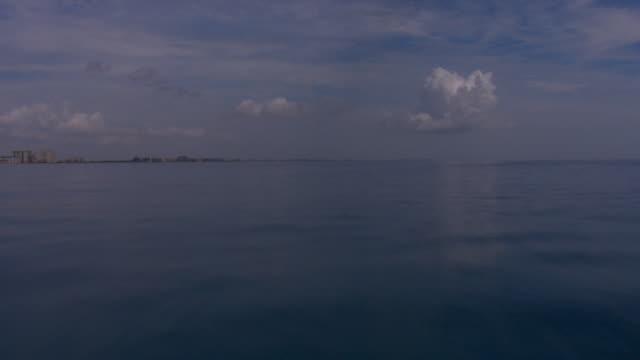 vidéos et rushes de the ocean off the coast of tampa, florida ripples gently. - golfe du mexique