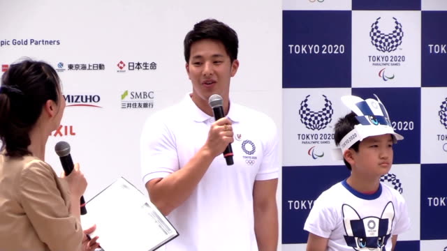 the official mascots for the tokyo 2020 olympics and paralympics were unveiled at a ceremony in downtown tokyo on sunday the bluechecked mascot for... - 式典点の映像素材/bロール