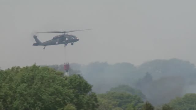 the oklahoma army national guard supported local emergency managers with a water drop mission to suppress fires in guthrie oklahoma black hawk... - ピーリング点の映像素材/bロール