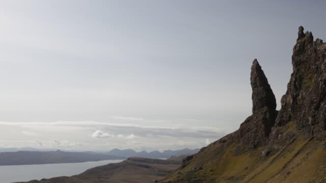 vídeos de stock e filmes b-roll de the old man of storr on the trotternish peninsular on the isle of skye, scotland, uk. - hébridas
