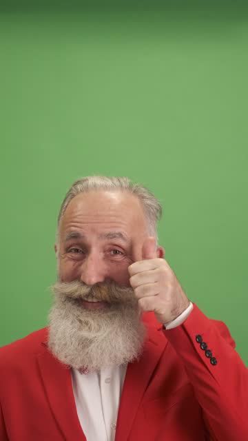 vidéos et rushes de le vieil homme montre quelque chose au-dessus de lui-même et montrant les pouces vers le haut. une personne.close-up - veste et blouson