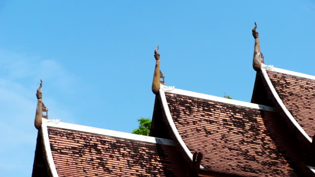 vídeos de stock e filmes b-roll de the old roof of lanna style in chiang mai with cleary blue sky. - amarrotado