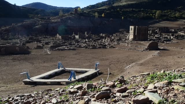 vídeos y material grabado en eventos de stock de the old town of mansilla de la sierra in la rioja 170 miles north of madrid was abandoned in 1959 to make way for a water reservoir the prolonged... - sequía