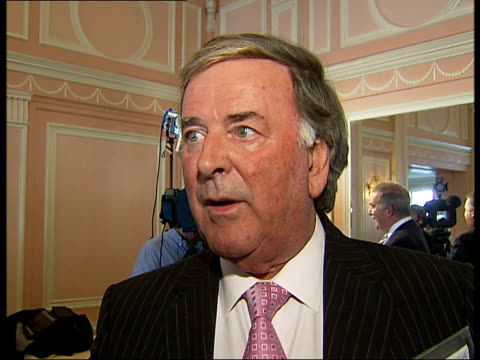 vidéos et rushes de the oldie of the year awards 2007 terry wogan interview sot like addressing a reunion each year of a home for the bewildered / makes the same speech... - terry wogan