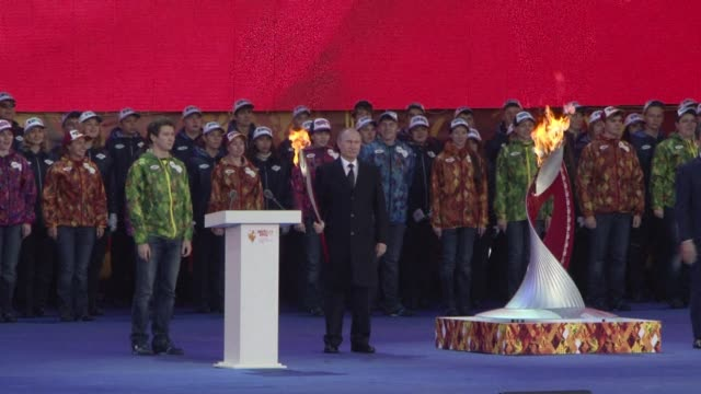 vídeos y material grabado en eventos de stock de the olympic flame arrived in moscow on sunday ahead of next year's winter games in sochi that have been marred by protests over president vladimir... - sochi