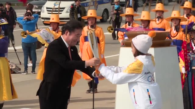 the olympic flame arrives in south korea 100 days ahead of the opening ceremony for the 2018 pyeongchang winter games - südkorea stock-videos und b-roll-filmmaterial